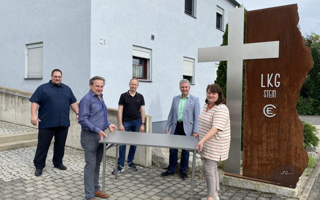 Neue Holztische: Landeskirchliche Gemeinschaft in Stein freut sich über Unterstützung aus dem Regionalbudget