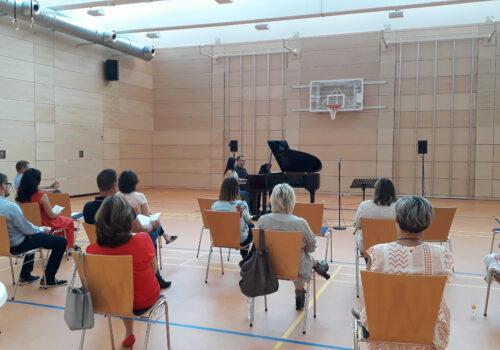 Musikalische Mittagspause: Die Mitarbeitenden des Marktes Cadolzburg weihen Flügel aus Mitteln des Regionalbudgets ein