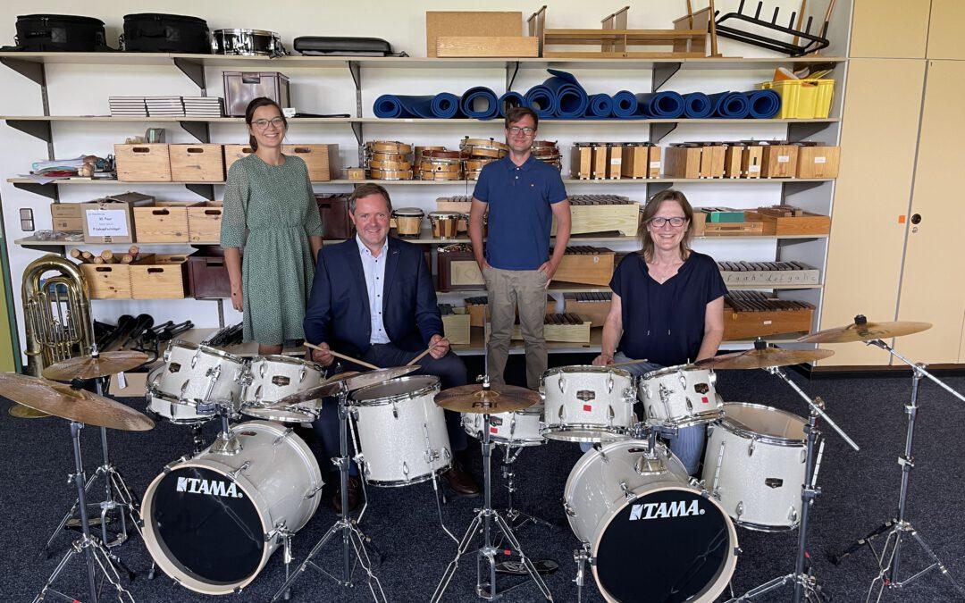 Neue Musikinstrumente: Bläserklasse der Grundschule Cadolzburg erhält zwei Schlagwerke und eine Tuba aus dem Regionalbudget